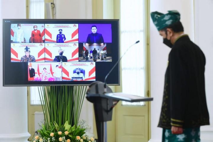 Kenakan Baju Adat Tanah Bumbu, Jokowi Pimpin Peringatan Hari
