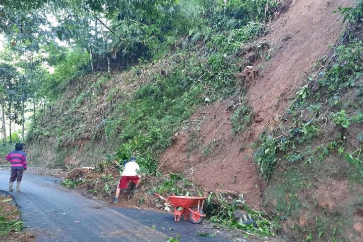 Material Longsor Tutup Jalan Desa hingga Rusak Rumah di