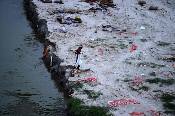 Potret Kuburan yang Diduga Korban Covid-19 di Sungai Gangga