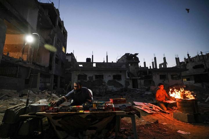 Warga Palestina Hidup di Antara Reruntuhan Bangunan