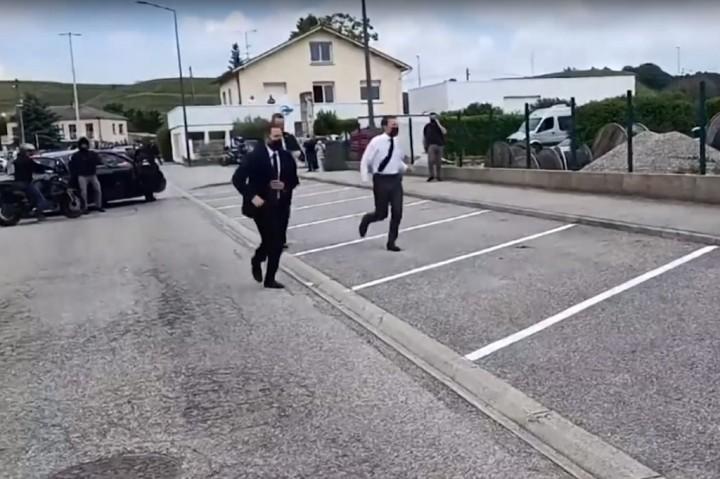 Potret Detik-detik Macron Ditampar Pria tak Dikenal