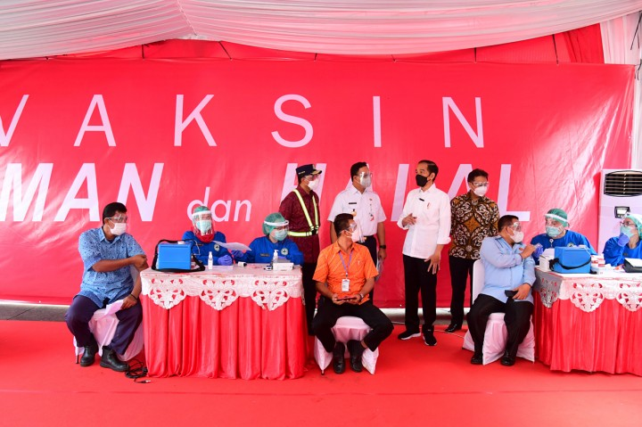 Didampingi Anies, Jokowi Tinjau Vaksinasi Covid-19 di Terminal