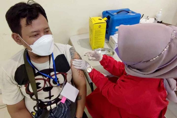 Potret Vaksinasi Warga Berusia 18 Tahun ke Atas di DKI Jakarta
