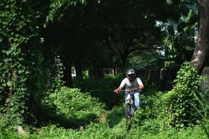 Foto: Bermain Sepeda Gunung di Lahan Kosong Ibu Kota