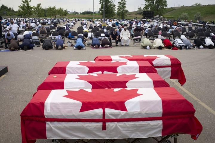 3 Berita Foto Terpopuler: Pemakaman Keluarga Muslim Korban