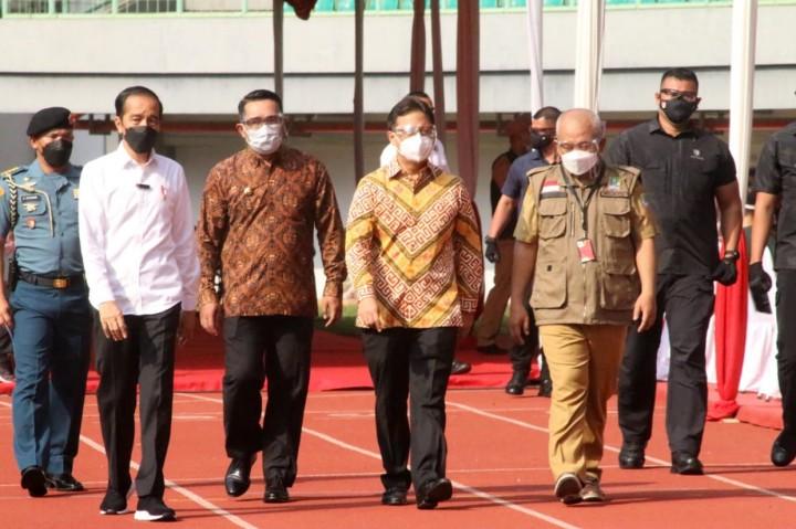 Foto: Jokowi Tinjau Vaksinasi Covid-19 di Stadion Patriot