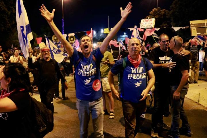Foto: Warga Israel Rayakan Kemenangan PM Naftali Bennett