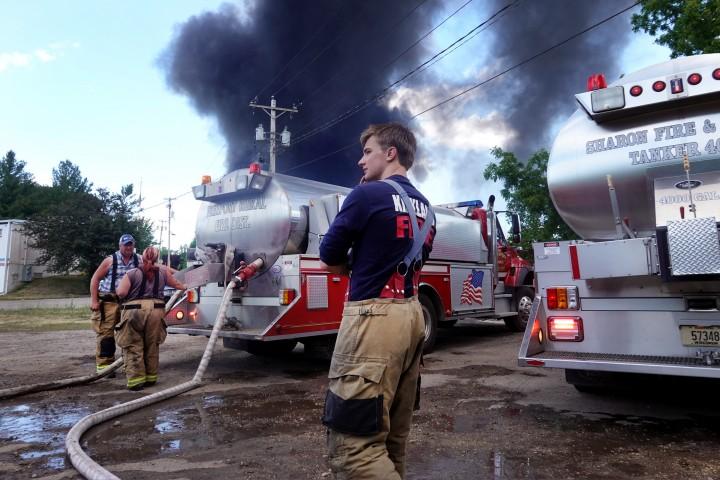Kepulan Asap Pekat Muncul dari Pabrik Kimia yang Meledak di AS