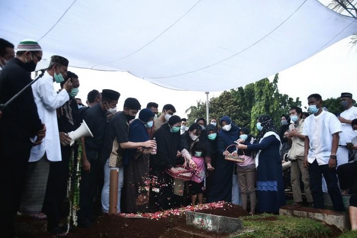 Suasana Haru Iringi Pemakaman Markis Kido di TPU Kebon Nanas