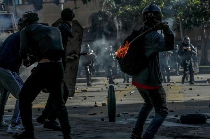 Foto: Aksi Protes Kenaikan Pajak di Kolombia Ricuh