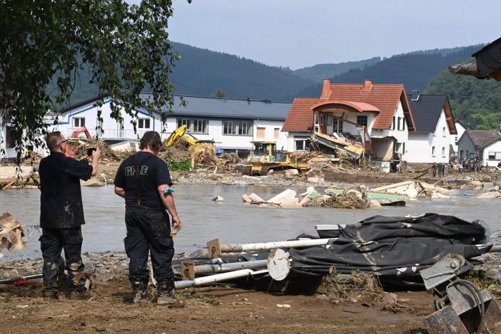 Foto: Jerman Mulai Bersihkan Berbenah Pascabanjir Bandang