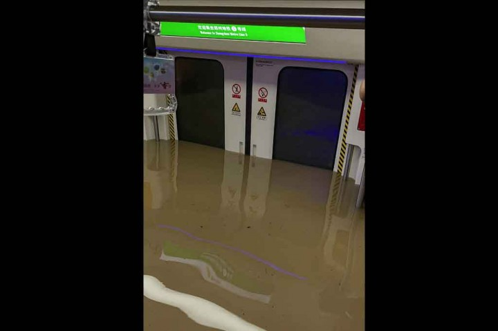 Kereta Bawah Tanah di Tiongkok Terendam Banjir, 12 Orang