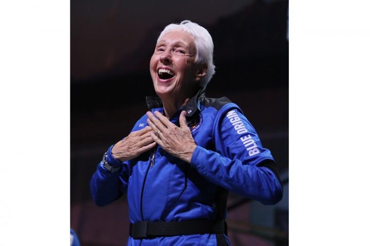 Wally Funk Cetak Sejarah Jadi Orang Tertua yang Terbang ke Luar