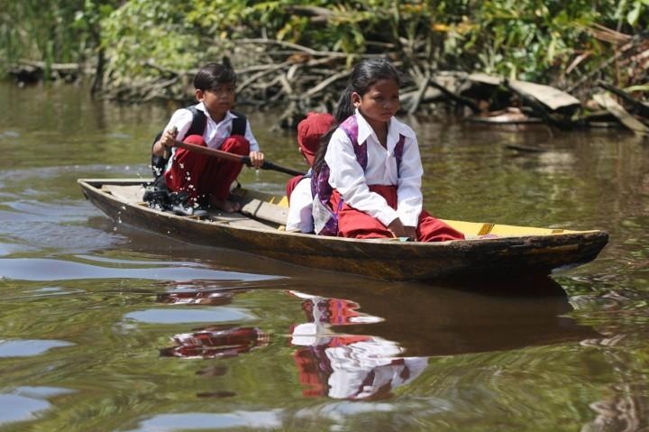 Potret Pelajar di Pesisir Hilir Sungai Sambas Naik Sampan ke