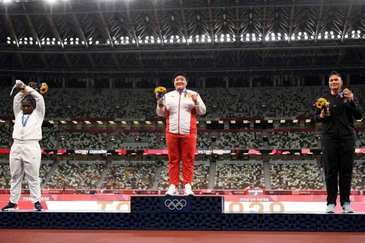 Nekat! Atlet Tolak Peluru AS Lakukan Aksi Protes di Podium Medali