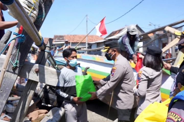 Kapolresta Sidoarjo Bagikan Sembako dan Bendera di Kampung