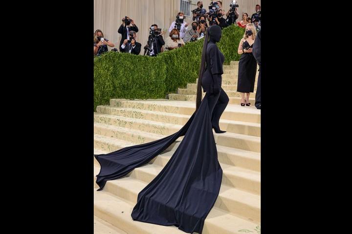 Kim Kardashian Tampil Serba Hitam di Met Gala 2021