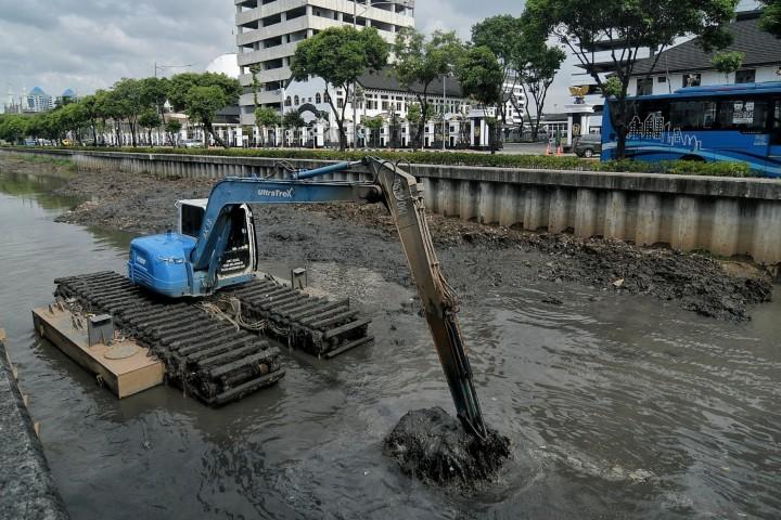 Antisipasi Banjir, Kali Veteran Jakpus Dikeruk