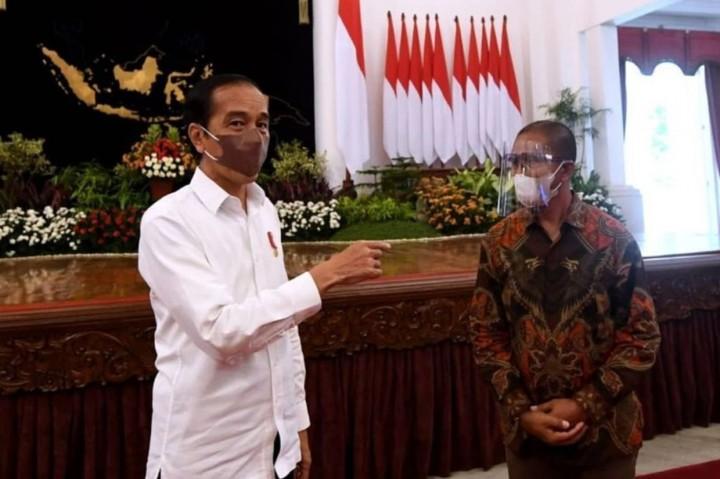 Momen Jokowi Bertemu Suroto, Peternak Ayam yang Bentangkan