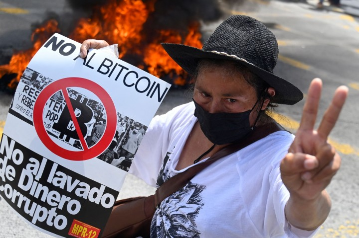 Demo Tolak Sistem Bitcoin, Warga El Salvador Bakar ATM Uang