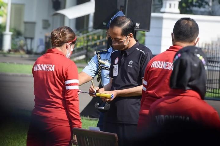 Jokowi Serahkan Bonus untuk Atlet Indonesia di Paralimpiade Tokyo