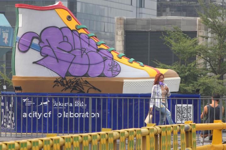 Potret Instalasi Karya Seni Sepatu Jadi Sasaran Vandalisme