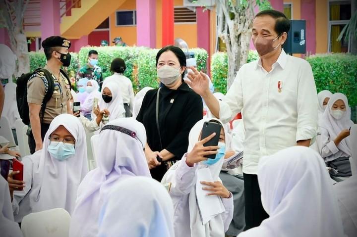 Momen Jokowi Tinjau Vaksinasi Pelajar di SMAN 4 Serang Banten
