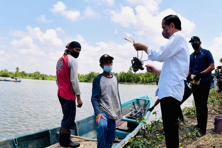 Momen Jokowi Naik Perahu untuk Sapa Warga Cilacap di Seberang