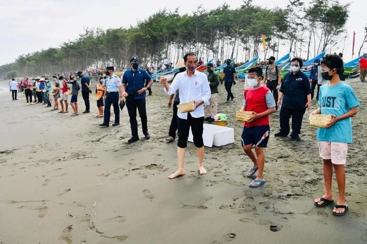 Foto: Jokowi Lepas Ribuan Tukik Bareng Anak-anak di Pantai