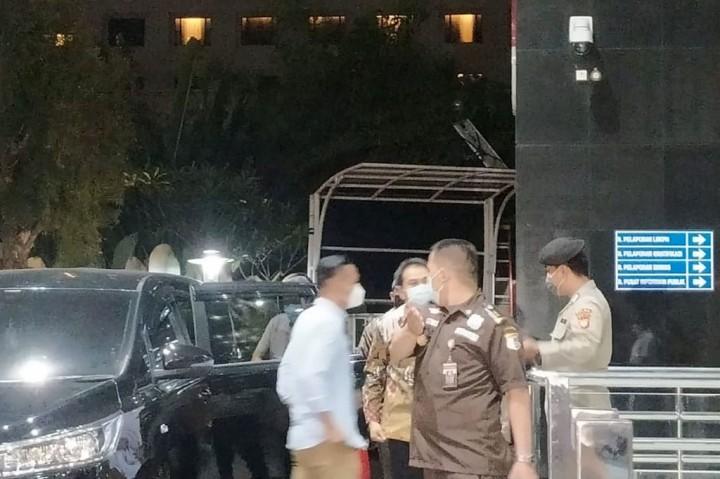 Penampakan Azis Syamsuddin Saat Tiba di KPK
