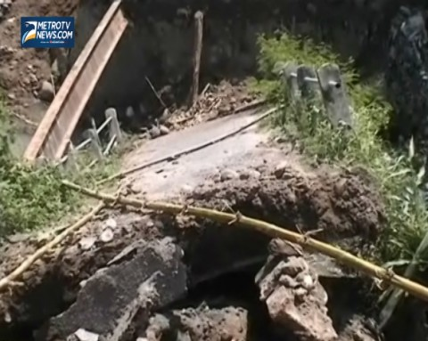 Diterjang Banjir, Jembatan Alternatif Antar Kabupaten Ambrol