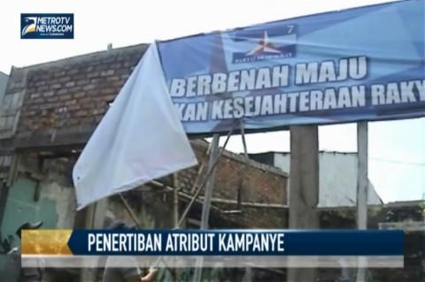 Satpol PP Tertibkan Atribut Kampanye di Zona Merah