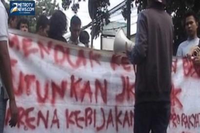 Aksi Mahasiswa Tolak Kenaikan BBM  di Jalan Pramuka