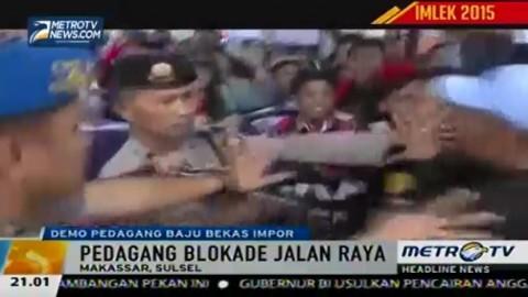 Ratusan Pedagang Pakaian Bekas Blokade Jalan di Makassar