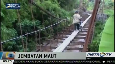 Persingkat Jarak, Warga Nekat Seberangi Jembatan Gantung Irigasi