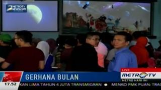 Warga Nonton Bareng Gerhana Bulan Total Lewat Live Streaming