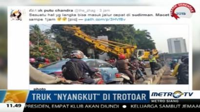 Sebuah Truk Trailer Tersangkut di Trotoar Jl Sudirman