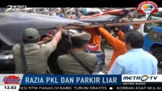 Petugas Razia PKL di Tanah Abang