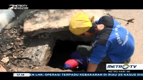 Petugas Sudin Tata Air Kembali Lakukan Pembersihan Gorong-gorong