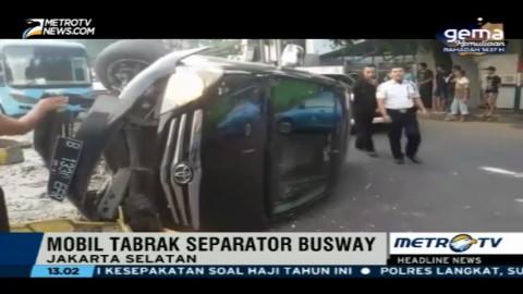 Sopir Diduga Mengantuk, Mobil Tabrak Separator Busway