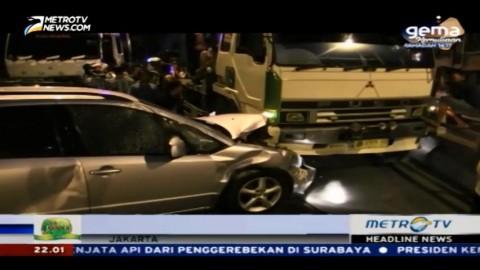 Truk Tronton Tabrak Lima Mobil di Pademangan