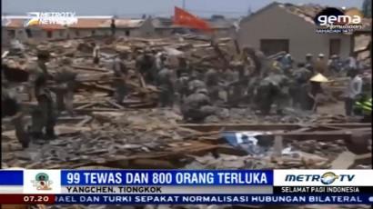 Petugas Bersihkan Reruntuhan Tornado di Tiongkok