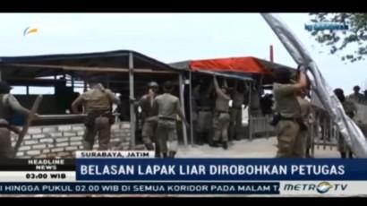 Satpol PP Bongkar Paksa Belasan Lapak Liar di Pantai Kawasan Suramadu