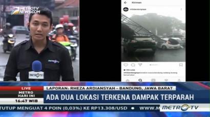 Baliho Roboh dan Timpa Mobil Akibat Hujan Es di Bandung