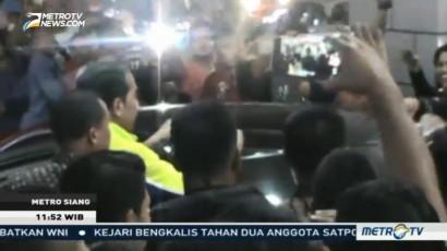 Jokowi Bagi-Bagi Baju ke Warga Makassar
