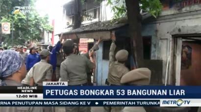 Petugas Bongkar 53 Bangunan Liar di Jakarta Timur