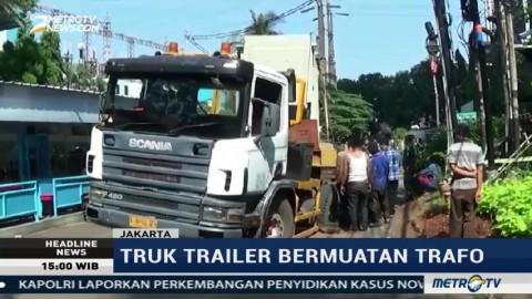 Jalan Ambles, Truk Trailer Bermuatan Trafo di Jakarta Terperosok