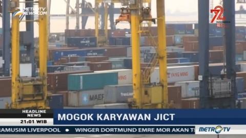 Kapal Pengangkut Peti Kemas Antre Panjang di Pelabuhan Tanjung Priok