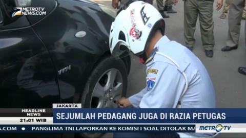 Petugas Cabut Pentil Ban Kendaraan yang Parkir Sembarangan di Cililitan