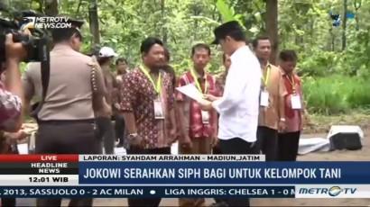 Jokowi Bagikan Surat Izin Pemanfaatan Hutan di Madiun